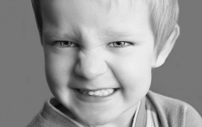 El diente definitivo erupciona y el de leche no se cae