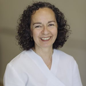 Psicóloga Especialista en psicología Clínica. Lleva trabajando como psicoterapeuta de adultos desde 1984.