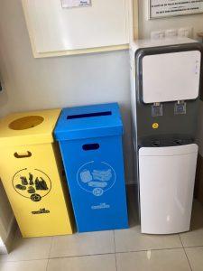 Cubos de reciclaje y fuente de ósmosis para cuidar el medioambiente
